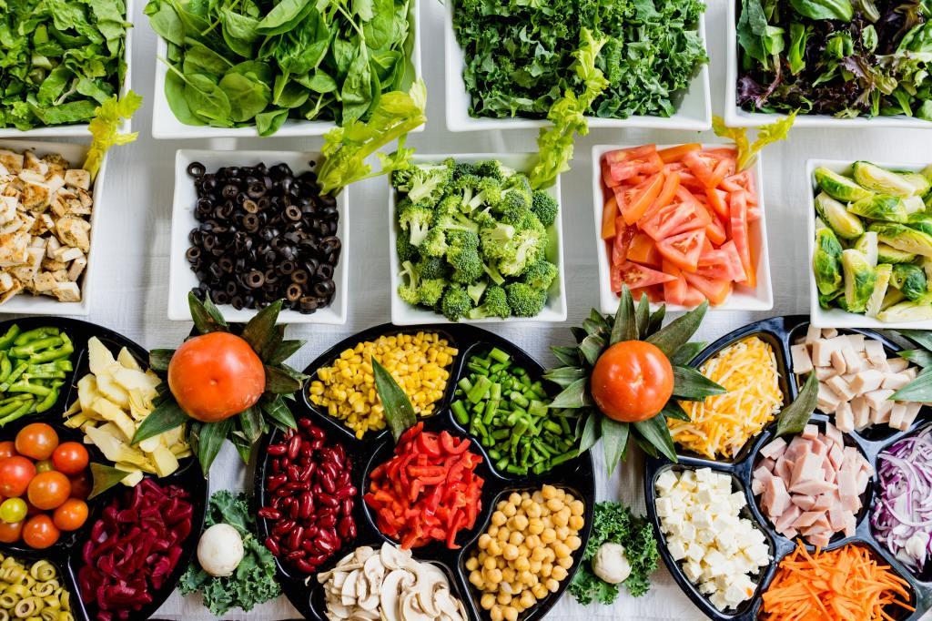 Ein Buffet mit Salat und vielen verschiedenen Formen von Gemüse